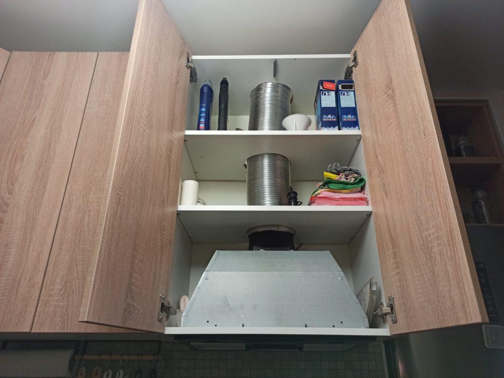 Вытяжка встроенная в кухню в хрущевке с пространством для хранения бытовой химии