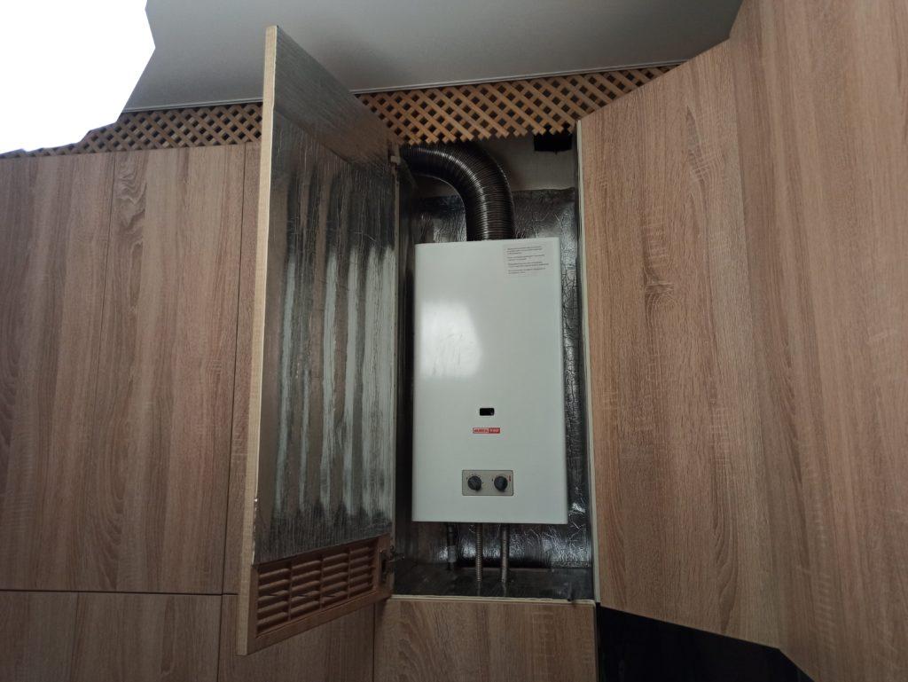 Газовая колонка встроенная в маленькую кухню в хрущевке