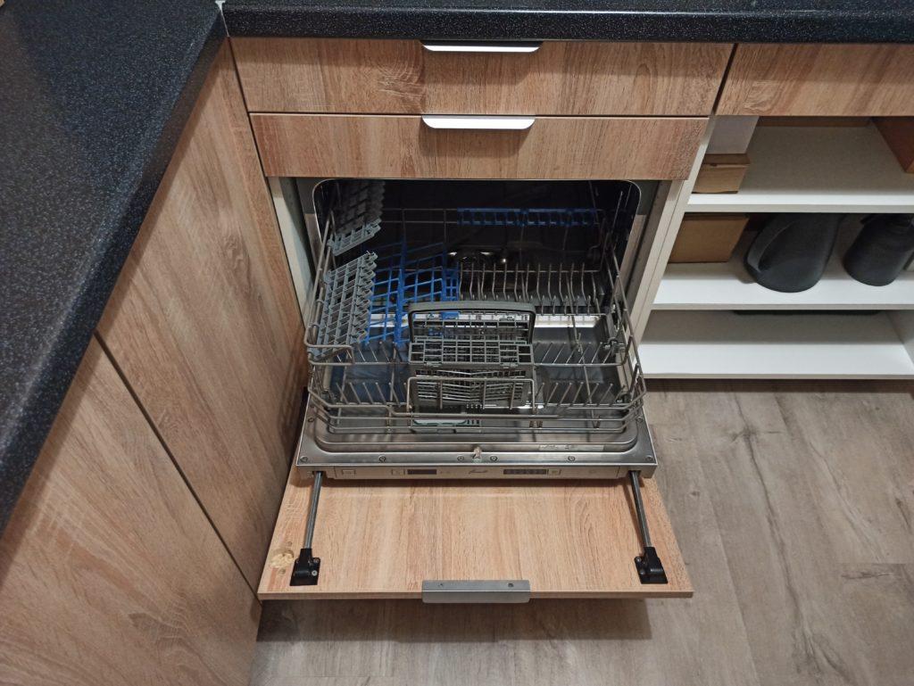 Маленькая встраиваемая посудомойка на маленькой кухне в хрущевке