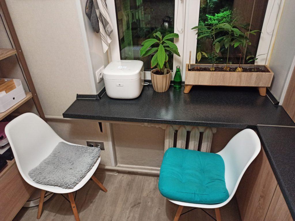 Обеденная зона с подоконником столешницей на кухне в хрущевке