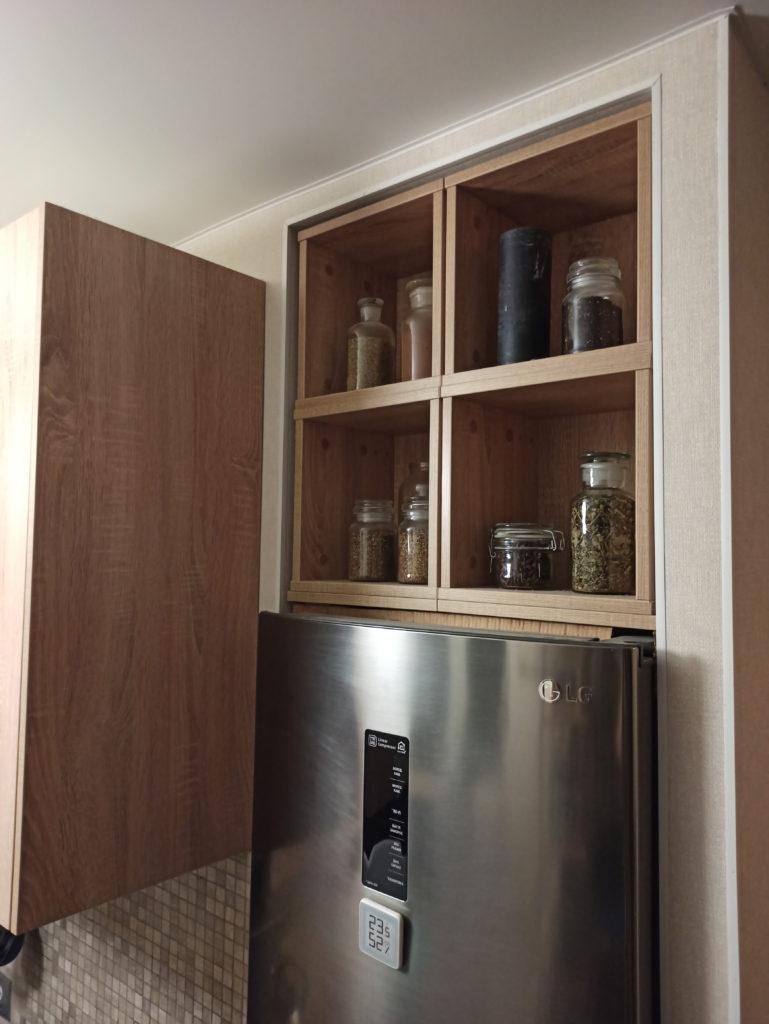 Пространство для хранения над холодильником в нише на кухне в хрущевке