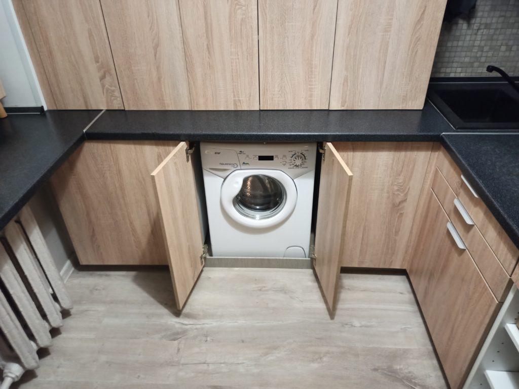 Стиральная машина на кухне в хрущевке в шкафу