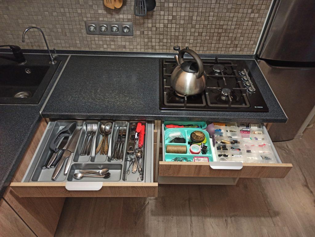 Удобные пространства для хранения на кухне в хрущевке