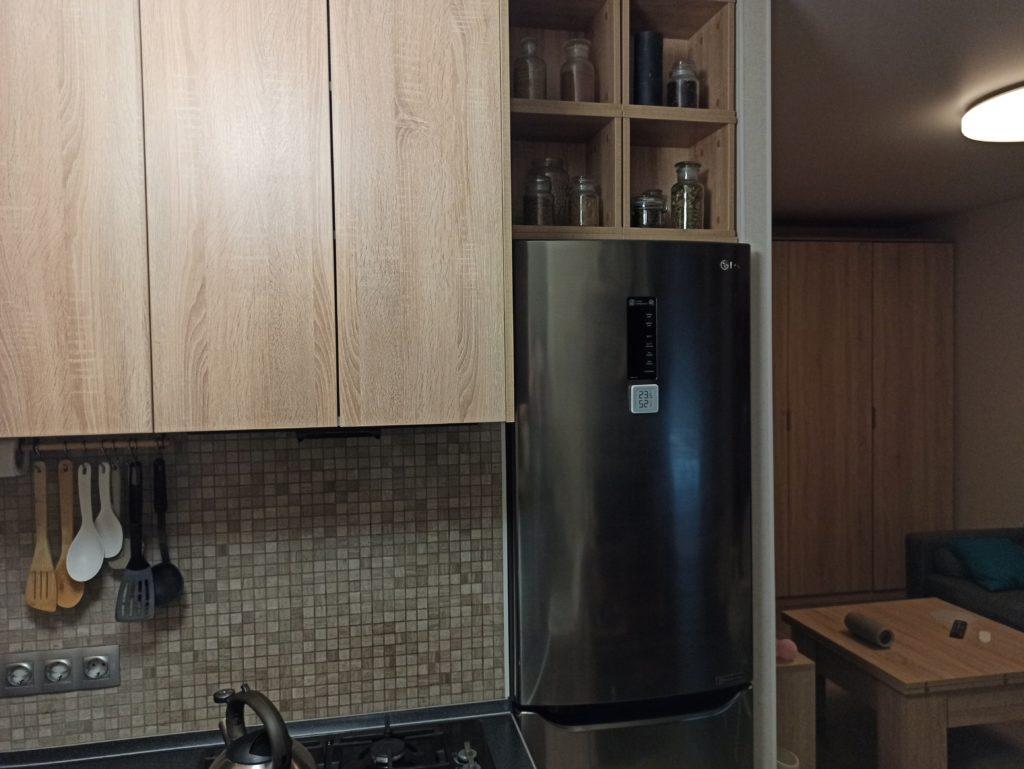Холодильник в нише - кухня в хрущевке студии